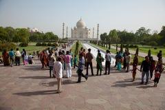 注视Taj Mahal的游人在阿格拉印度 免版税库存照片