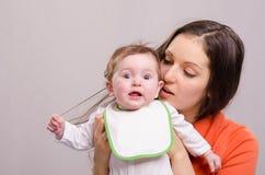 围嘴泪花的六个月女婴您的头发妈妈 免版税库存照片