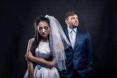 泪水沾湿的新娘和残酷新郎衣服的 库存图片