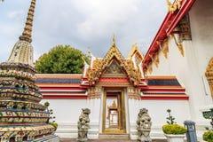 泰中建筑学狮子雕象在Wat Pho保留曲拱 库存图片