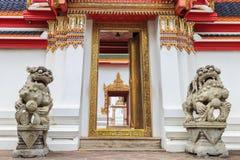 泰中建筑学狮子雕象狮子雕象在Wat的 库存图片
