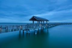 泰勒船坞木板走道在蓝色小时在Fairhaven WA 免版税库存图片