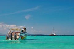 泰国、普吉岛、与速度小船的6月12日, 2018海景在天蓝色的鲜绿色水背景和蓝色清楚的天空 免版税库存照片