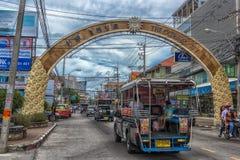 泰国、芭达亚、城市的27,06,2017条在Th的街道和汽车 免版税图库摄影