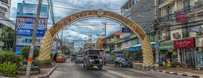 泰国、芭达亚、城市的27,06,2017条在Th的街道和汽车 库存照片