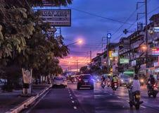 泰国、芭达亚、27,06,2017条的街道和汽车在ro 免版税库存图片