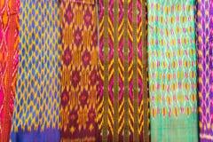 泰国丝绸布料在周末市场的汇集 图库摄影