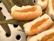 泰国乳蛋糕面包,充塞用在一个通入蒸汽的火炉安置的橙色pandan叶子 免版税库存图片