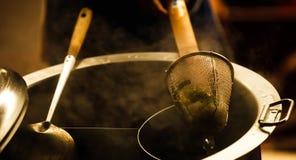 泰国亚洲街道食物、在面条与木把柄的过滤器篮子变白的新鲜的白米面条和温暖的铝储蓄锅炉 库存图片