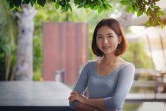 泰国亚裔美丽的农村妇女画象有她的胳膊的横渡 库存照片