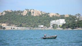 泰国人乘坐的渔汽船努力去做码头在安达曼海在Bangsan海滩 股票录像