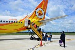泰国人乘客走的入口飞机在Trang机场 免版税库存图片