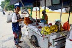 泰国人买Champedak或面包果整数在市场上 库存图片