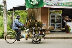 泰国人人民乘坐的三轮车推车待售设备和家务工具在路 库存照片