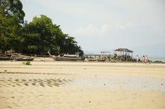 泰国人停止修理和外国人的tr木渔船 免版税库存照片