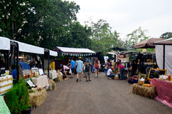 泰国人公平地旅行和购物在市场上 免版税图库摄影