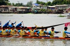 泰国人加入比赛和竞争在泰国传统长的赛艇festiva 免版税库存照片
