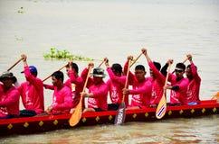泰国人加入比赛和竞争在泰国传统长的赛艇festiva 库存图片