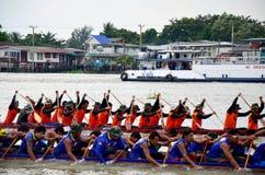 泰国人加入比赛和竞争在泰国传统长的赛艇festiva 库存照片