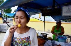 泰国人吃Champedak或面包果整数 库存照片