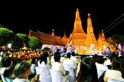 泰国人和修士连接道德祈祷在Wat Arun临时的读秒 免版税库存图片