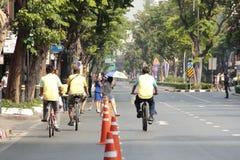 泰国人和外国乘驾在爸爸活动的自行车骑自行车荣誉泰国国王的 免版税图库摄影