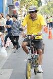 泰国人和外国乘驾在爸爸活动的自行车骑自行车荣誉泰国国王的 库存照片