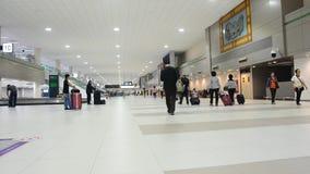 泰国人和外国人旅客等待接受在转盘传动机的行李 股票视频