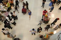 泰国人和外国人旅行家等待与乘客的飞行 免版税库存照片