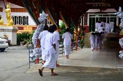 泰国人和孩子规定作为尼姑和婆罗门实践的dharma 库存图片