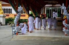 泰国人和孩子规定作为尼姑和婆罗门实践的dharma 免版税库存图片