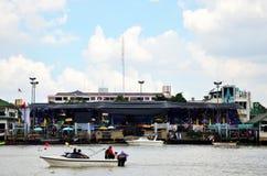 泰国人和旅客foregner加入并且欢呼运动员划艇 库存照片