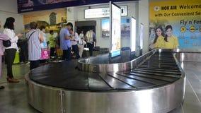 泰国人和旅行家等待在Trang接受在转盘传动机的行李 股票录像