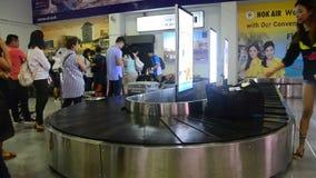 泰国人和旅行家等待在Trang接受在转盘传动机的行李 股票视频