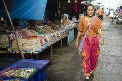 泰国人和旅行家从供营商海鲜的购买海鲜购物 免版税库存照片