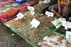 泰国人和旅行家从供营商海鲜的购买海鲜购物 库存图片