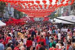 泰国人和游人在农历新年的庆祝时在Yaowarat街道,唐人街 曼谷泰国 免版税库存图片