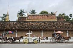 泰国人和马被画的支架等待的旅客人民 免版税库存照片
