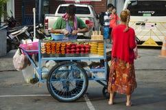 泰国人在Khaosan路的销售果子 免版税库存照片