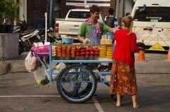 泰国人在Khaosan路的销售果子 免版税图库摄影