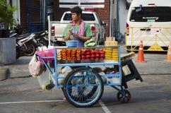 泰国人在Khaosan路的销售果子 库存照片
