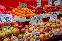 泰国人旅行和购物食物在唐Wai浮动市场上 免版税库存图片