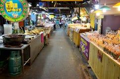 泰国人旅行和购物食物在唐Wai浮动市场上 图库摄影