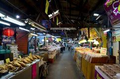 泰国人旅行和购物食物在唐Wai浮动市场上 库存照片