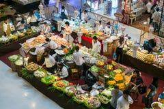 泰国人旅行和购物食物在超级市场 免版税库存照片