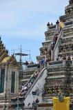 泰国人旅行在wat arun寺庙和走到高度prang 免版税库存图片