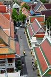 泰国人旅行在wat arun寺庙由步行,并且骑马自行车为祈祷 免版税库存图片