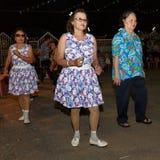 泰国人未认出的民间舞和传统服装在夜市场步行街道上 库存照片