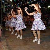 泰国人未认出的民间舞和传统服装在夜市场步行街道上 免版税库存图片