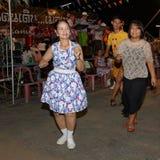 泰国人未认出的民间舞和传统服装在夜市场步行街道上 库存图片